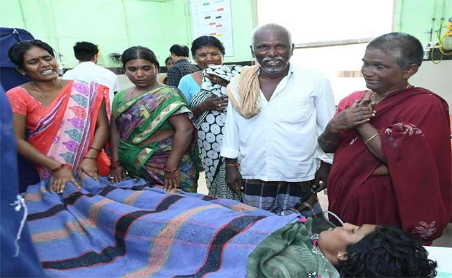 Mother Commits Suicide Along With 4 Childs Woman Died And KIds Recovered In Kurnool - Sakshi
