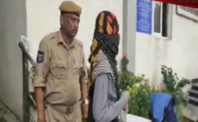 Woman Arrested For Blackmailing Schools With Morphed Photos In Hyderabad - Sakshi