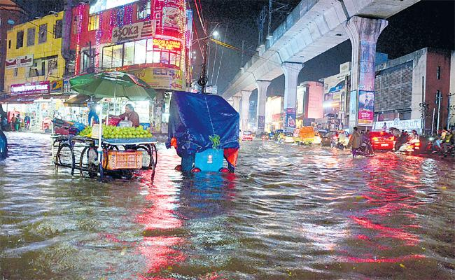 Huge Rains leaves Hyderabad roads flooded - Sakshi