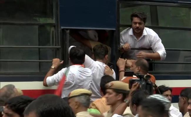 BJP Workers protest outside Delhi CM residence - Sakshi