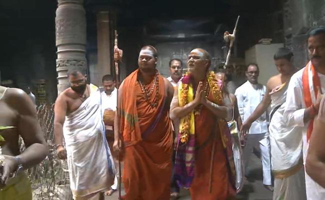 Swamy Swarupanandedra Swamy Visited Simhachalam Temple - Sakshi