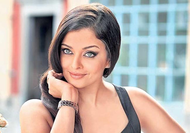 Aishwarya Rai Bachchan to play dual roles in Ponniyin Selvan - Sakshi
