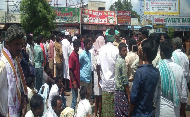 Farmers Protest For Onion Prices Decreased In Kurnool - Sakshi