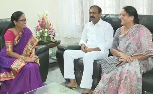 Women Commissioner Vasireddy Padma Meets YSRCP MLA Bhumana Karunakar Reddy In Tirupati - Sakshi