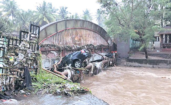 Heavy Rains Lash Pune And People Suffer With Rain Related Incidents - Sakshi