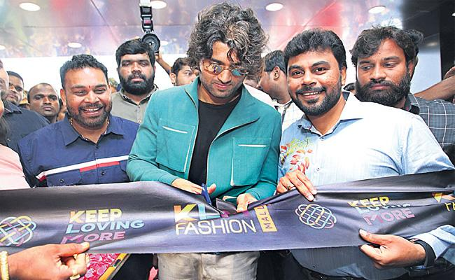 Vijay Devarakonda Open KLM Shopping Mall in AS Rao Nagar - Sakshi