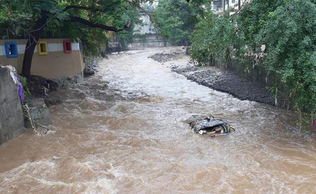 Pune Man Watched Helplessly Wife Swept Away - Sakshi