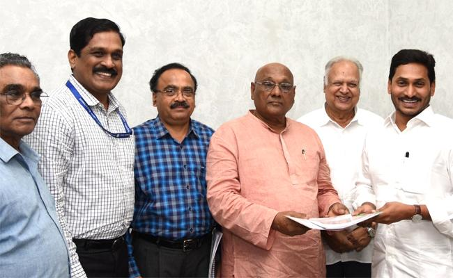 APSRTC Expert Committee Submitted a Report to the Chief Minister on Electric Buses - Sakshi