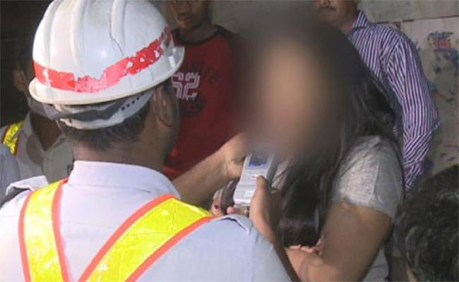 Women Fight With Police in Drunk And Drive Test hyderabad - Sakshi