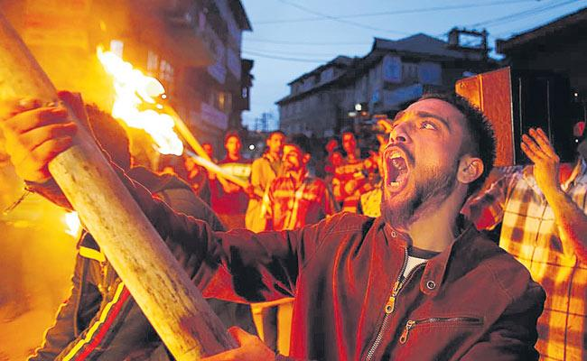 Senior Journalist Shekhar Gupta Article Over Situations In Kashmir - Sakshi