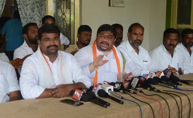 Ponnam Prabhakar Slams On TRS Leaders In Karimnagar - Sakshi