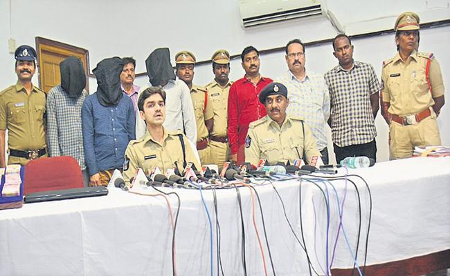 Arrest of cloning gang of ATM cards - Sakshi