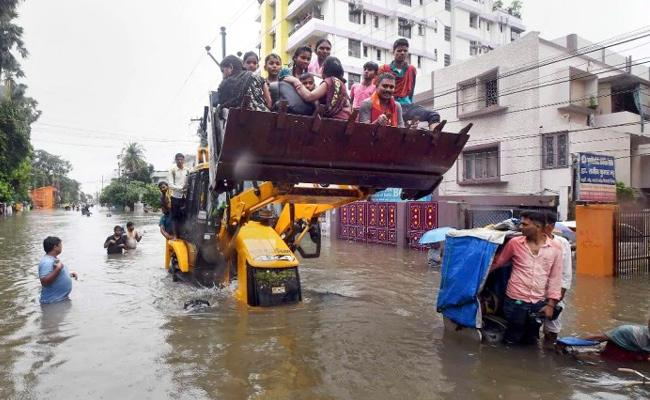 Heavy Rains Disrupt Normal Life In Bihar - Sakshi