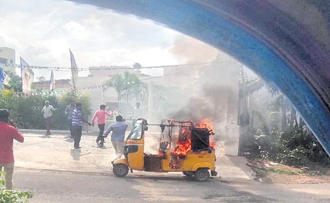 Auto Driver who set fire to the auto - Sakshi
