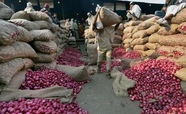 Onion Price Hike Central Government Decides To Ban Export Abroad - Sakshi