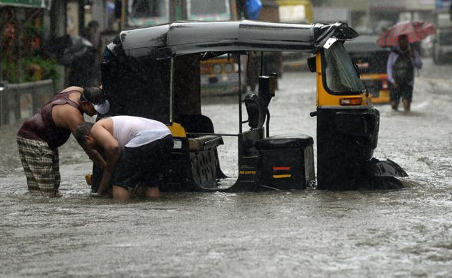IMD Issues Red Alert To Mumbai Due To Heavy Rains - Sakshi