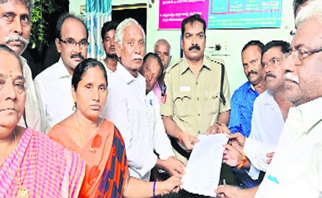 TDP Leaders Commented On YSRCP MLA Vundavalli Sridevi In Guntur - Sakshi