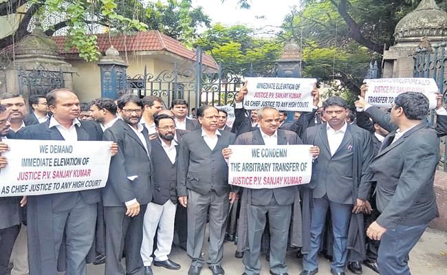 Protests by lawyers in the High Court - Sakshi
