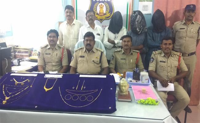 Cops Arrest 4 Affenders In Robbery Case At Prakasam - Sakshi