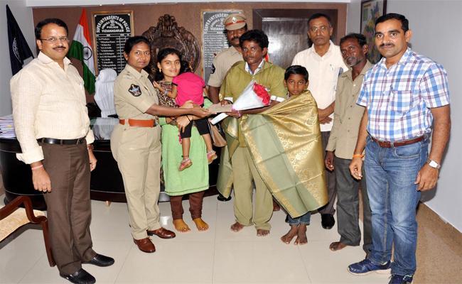 Auto Driver Returned Lost Bag Of Passenger In Vizianagaram - Sakshi