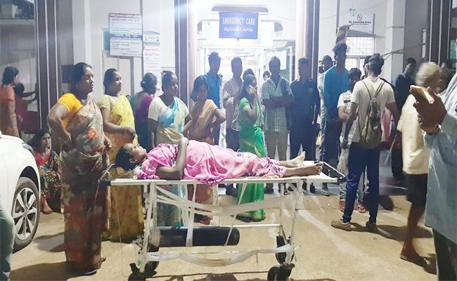 People Protest With Dead Body In Front Of GGH at Kakinada - Sakshi