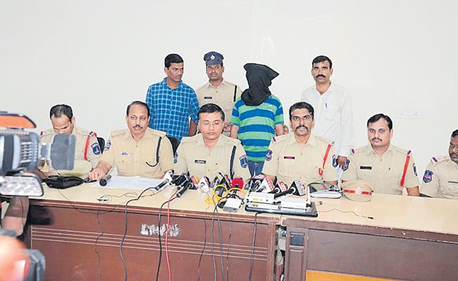 Shashi Kanth who mailed bomb threats to the Shamshabad Airport - Sakshi