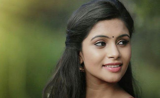 Actress Sonu Gowda Questions Karnataka CM Yeddyurappa Over Roads - Sakshi