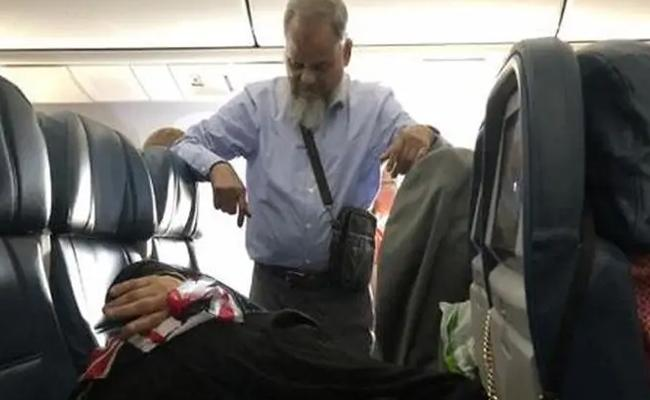 Man Stands For 6 Hours In Flight For His Wife Sleep - Sakshi