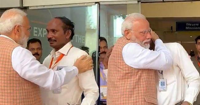 Twitter Reacts To PM Modi Hugging ISRO Chief K Sivan - Sakshi