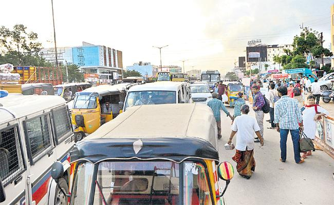 People Sufering With Heavy Traffic in LB Nagar Xroads - Sakshi