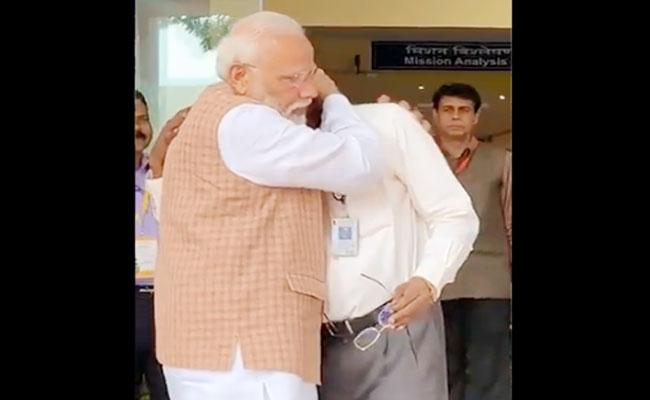 PM Modi Console Emotional ISRO Chairman Sivan After Broke Down - Sakshi