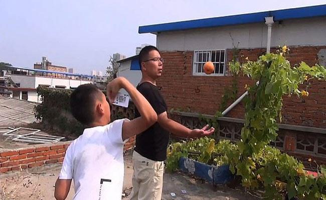 China Boy Use Playing Cards Like A Sharp Blades - Sakshi