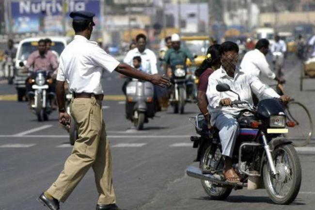 Traffic fines steep, unaffordable, Says Shiv Sena - Sakshi