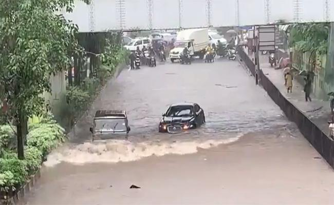 Bolero Drives Past Jaguar In Mumbai Rains - Sakshi