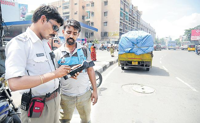 Motorists and Drivers worry about New traffic challans - Sakshi