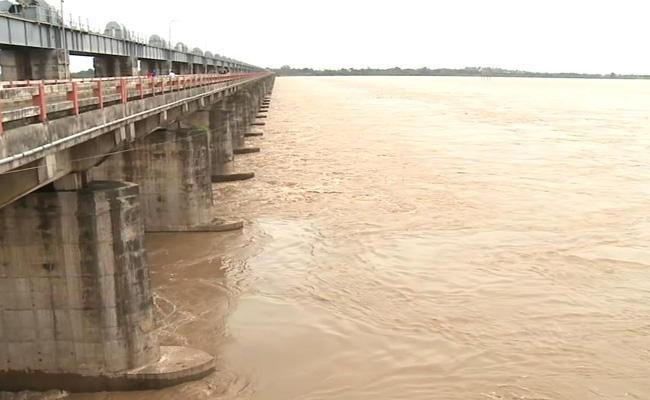 Godavari Water Flow Increase In Dhavaleswaram - Sakshi