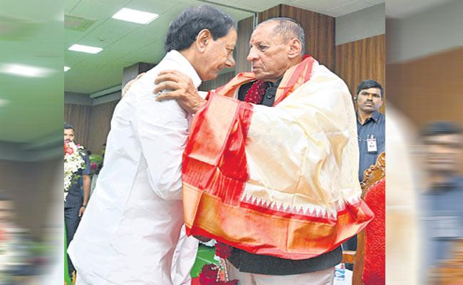 ESL Narasimhan,KCR Get emotional At Farewell - Sakshi
