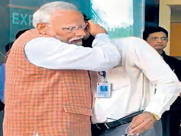 Narendra Modi consoled ISRO chief Sivan with his hug - Sakshi