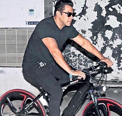 Salman Khan cycles to his shoot for Dabangg-3 - Sakshi