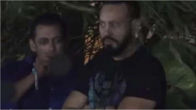 Actor Salman Khan caught smoking during Ganpati celebrations - Sakshi