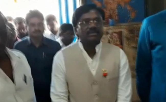 BJP Leader Vivek Fires On KCR Over Yadadri Temple Issue - Sakshi