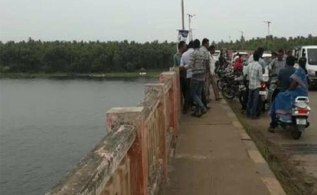 Family Commits Suicide Jumping Into Godavari In West Godavari - Sakshi