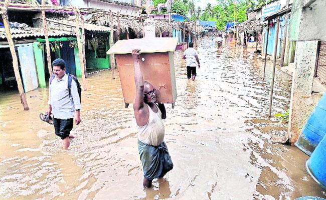 Heavy River Flow At East Godavari First  Alaram At The Barrage Danger Siganal - Sakshi