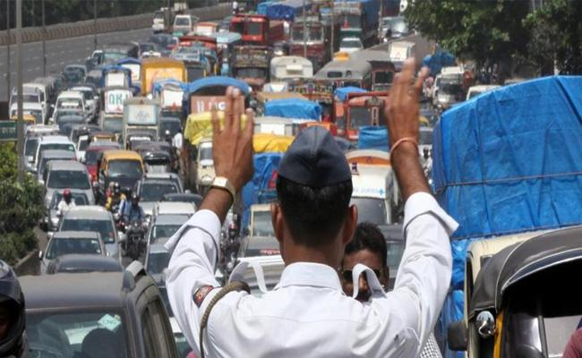 Bengaluru Traffic Police Collect Rs 72 lakh in Fine Within a Week - Sakshi