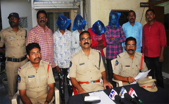 Police Chase Murder Mystery case In Kurnool - Sakshi