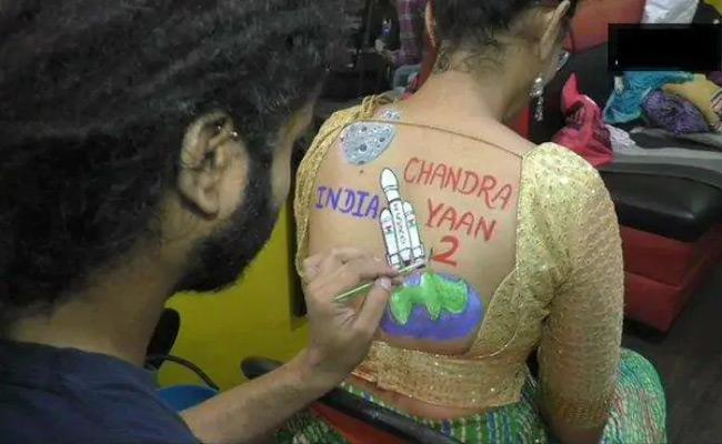 Surat Women Pose With Chandrayaan 2 And Article 370 Body Paint Tattoos During Navratri preps - Sakshi