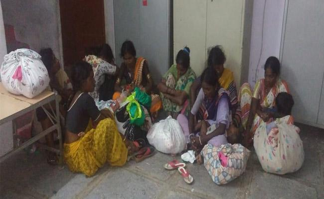 Adilabad Based Woman Thieves Arrested At Navipeta - Sakshi