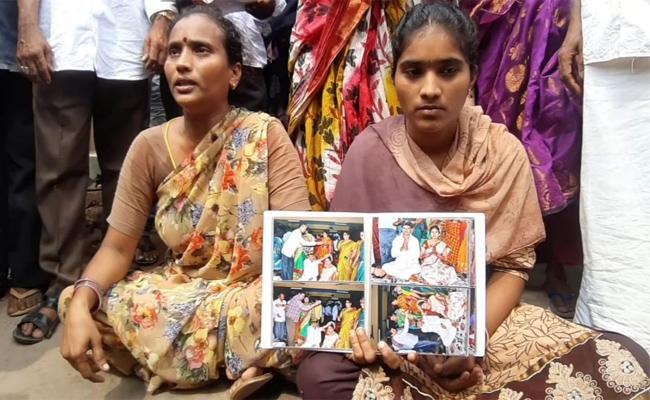 Women Doing Strike About Illegal Affair Of Husband In Kandukuru Prakasam - Sakshi
