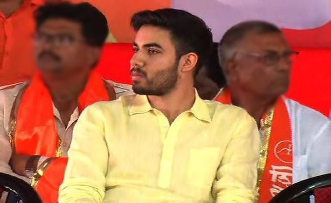 Uddhav Thackeray Says Younger son Tejas not Joining Politics - Sakshi