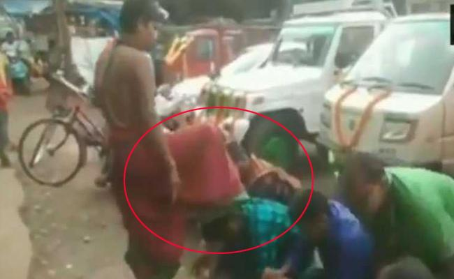 Odisha Priest Gives Blessing To People By Place Foot On Head - Sakshi